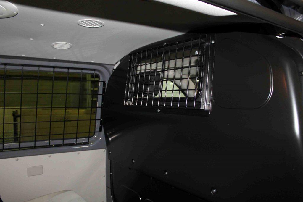 Gitter in der Trennwand zum Fahrgastraum