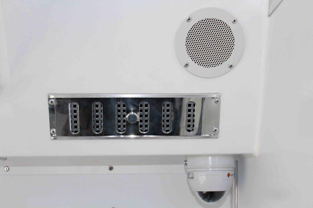 Lüftung, Lautsprecher und Kameraüberwachung in jeder Zelle
