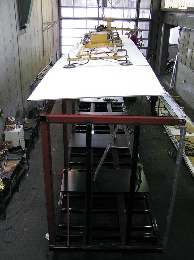 Fertigung eines kundenindividuellen Aufbaus zum innerbetrieblichen Stückguttransport. Mit Winghliner Klappwand und einer Gesamthöhe von 4,60m.