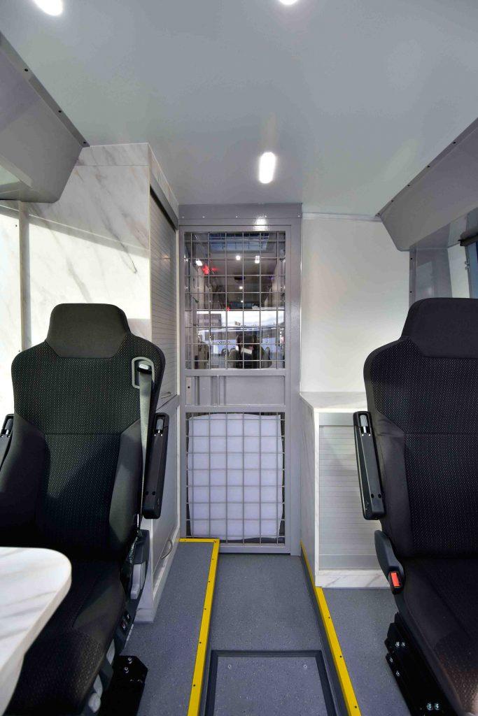 Sitzplätze für Begleitpersonen und Trennungstüre zum Zellengang