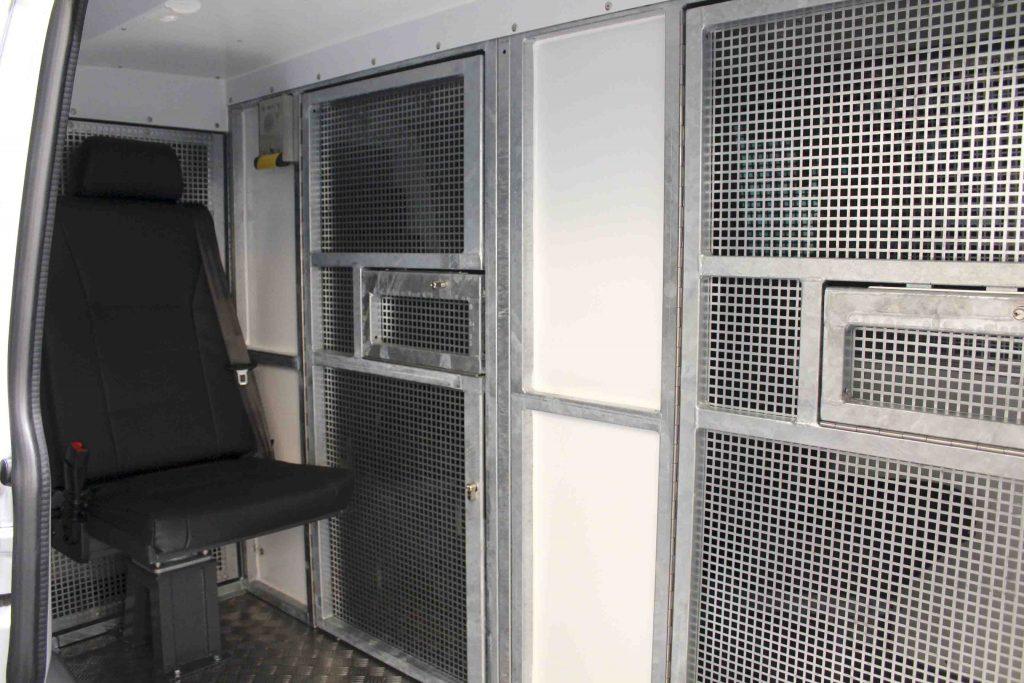 Zwei Einzelzellen und Sitzplatz für Begleitperson