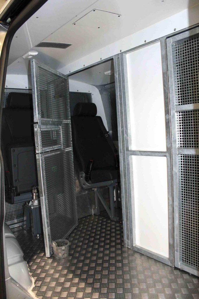 Beim öffnen der Zellentüre bleibt der Sitz der Begleitperson hochgeklappt
