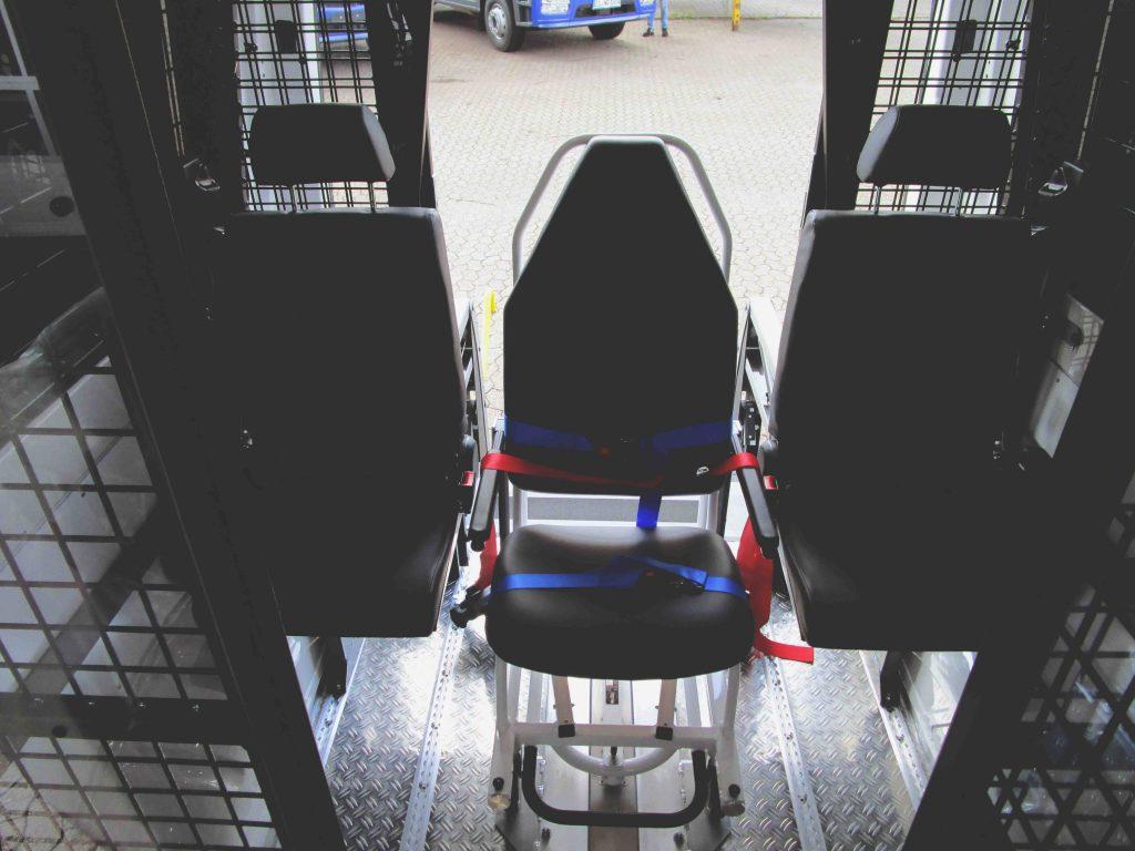 Krankenstuhl und zwei weitere Sitzmöglichkeiten