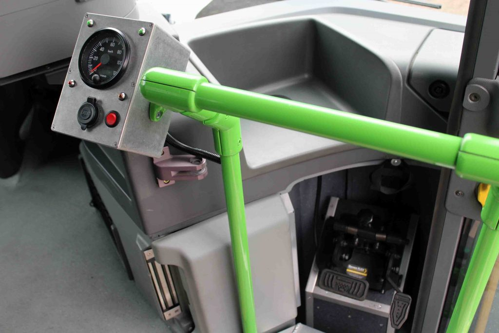 Bedien- und Kontrollelemente mit Doppelbedienung für Gas und Bremse